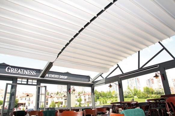 Pergola à toile rétractable adossée à toit arrondi - ref. Shell